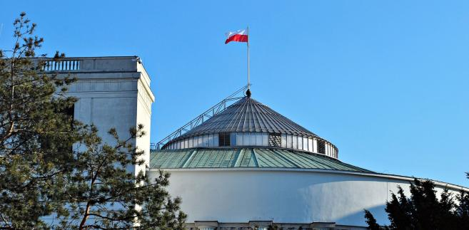 """""""Wstrzymując wydawanie dziennikarskich przepustek jednorazowych do parlamentu uniemożliwiono wstęp do gmachu Sejmu i Senatu dziennikarzom, którzy nie posiadają stałych lub okresowych kart wstępu."""""""