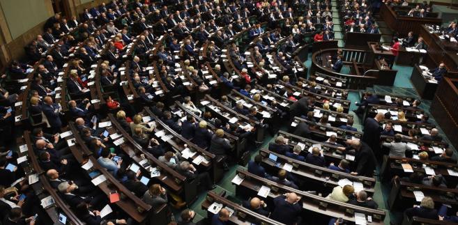 W szeregach partii, zachowanie 10 posłów wzbudziło kontrowersje
