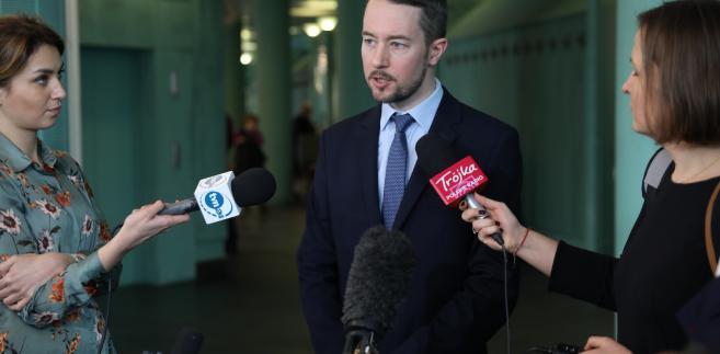 Krzysztof Michałowski z zespołu prasowego Sądu Najwyższego rozmawia z dziennikarzami w siedzibie SN w Warszawie