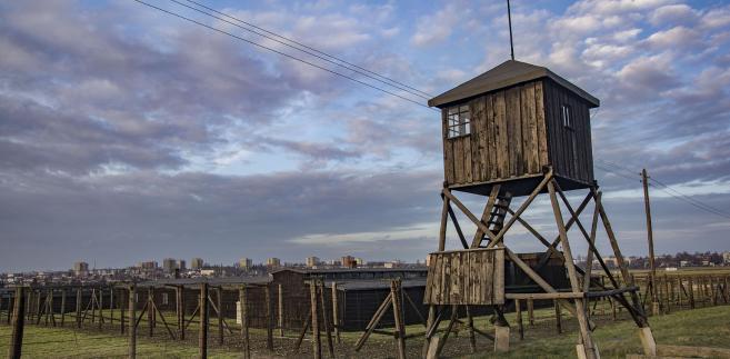 Do niedawna, jadąc z Warszawy do Lublina, w miejscowości Żyrzyn można było zobaczyć dużych rozmiarów informację o obozie zagłady na Majdanku. Tablica składała się z drutów kolczastych i stosownej informacji.