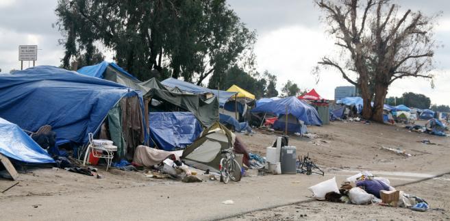 Obozowisko bezdomnych w Anaheim w stanie Kalifornia