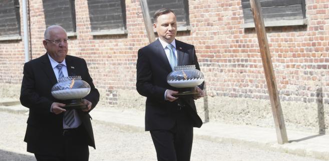 Prezydent Andrzej Duda (P) i prezydent Izraela Reuven Riwlin (L) przed Ścianą Śmierci, przy bloku 11 byłego obozu Auschwitz I w Oświęcimiu