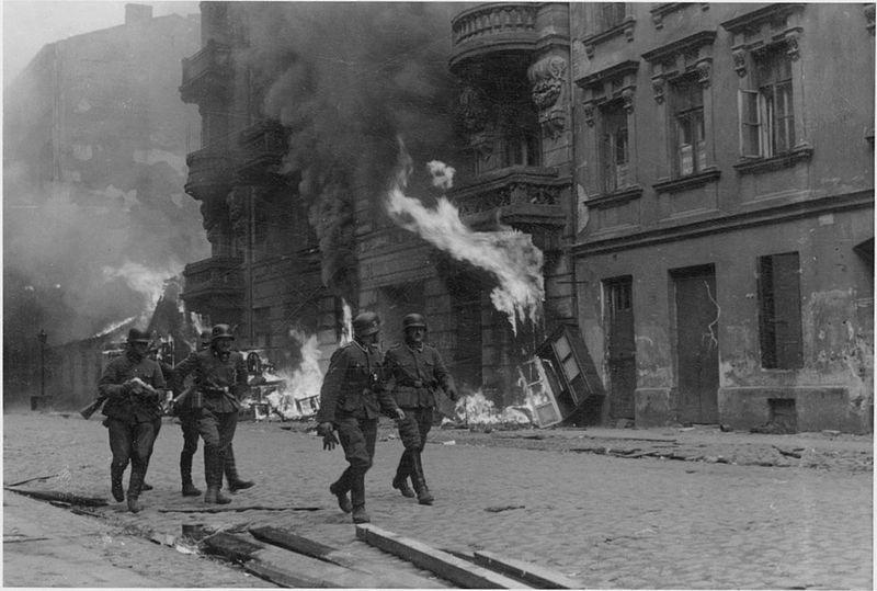 Powstanie w getcie warszawskim - Żołnierze niemieckiej formacji SS na ulicy Nowolipie. Źródło: Raport Stroopa: raport z maja 1943, napisany przez Jürgena Stroopa do Heinricha Himmlera na temat likwidacji getta warszawskiego.