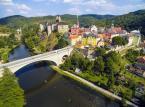 """<strong>Loket</strong><br></br>""""Loket"""" znaczy po polsku """"łokieć"""". Nazwa miasta pochodzi od kształtu meandru rzeki Ohrzy, w którym zostało posadowione. Zamek Loket został wzniesiony prawdopodobnie już pod koniec XII w., jako pograniczna strażnica. W XV w. należało do najlepiej ufortyfikowanych miast w całej środkowej Europie. Położony 12 km od Karlowych Warów obiekt jest pomnikiem narodowym Czech.<br></br>W samym zamku oraz w amfiteatrze w sezonie letnim kalendarz imprez kulturalnych oraz sportowych jest bardzo rozbudowany: odbywają się tu festiwale, koncerty, wystawy oraz rajdy (nadchodzące wydarzenia łatwo sprawdzić na stronie www.loket.cz).<br></br>Pragnienia podniebienia nasycić można w restauracji zamkowej albo w kuchni starosłowiańskiej z wytwarzanym lokalnie piwem, pachnącą dymem dziczyzną oraz rybami z pobliskiego stawu, które przyrządza się według starych starych przepisów."""