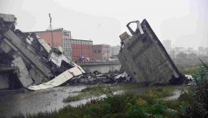 Fragment wiaduktu, który zawalił się na autostradzie w Genui we Włoszech