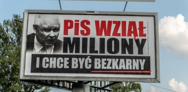 """W całej Polsce jeździć będą mobilne billboardy pod hasłem """"PiS wziął miliony"""""""