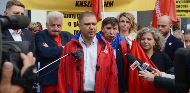 Przewodniczący Rady OPZZ województwa mazowieckiego Piotr Szumlewicz podczas konferencji prasowej.