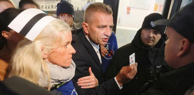Bartosz Arłukowicz i pielęgniarki przed wejściem do Sejmu