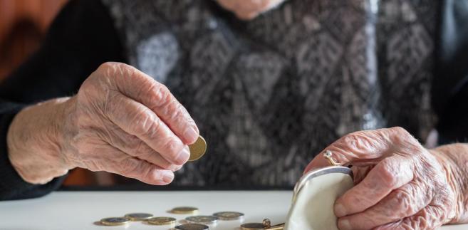 Przekładając procenty na wartości nominalne: tysiąc złotych dochodu statystycznego emeryta i rencisty z końca 2009 r. pod koniec ub.r. było warte 854 zł. W przypadku przeciętnego rolnika taka sama kwota sprzed niespełna dekady to obecnie 886 zł.