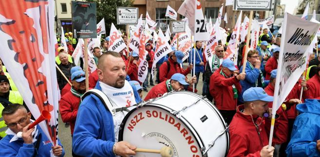 Związkowcy z Solidarności podczas pikiety przed warszawską siedzibą Polskiej Grupy Energetycznej.