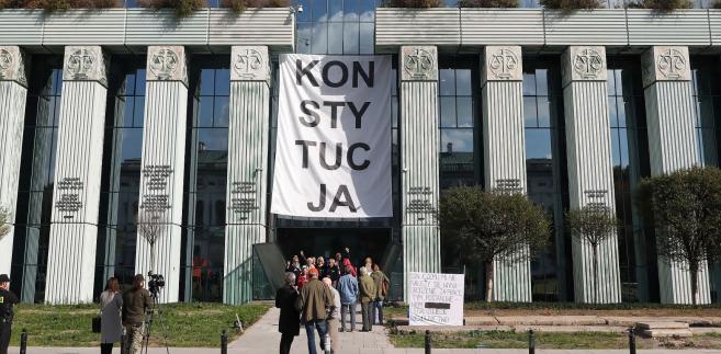 W środę prezydent Andrzej Duda powołał 27 osób na sędziów Sądu Najwyższego - 19 w Izbie Kontroli Nadzwyczajnej i Spraw Publicznych, 7 w Izbie Cywilnej i jednego sędziego w Izbie Karnej. Spośród rekomendowanych do Izby Kontroli Nadzwyczajnej 20 osób, jedna nie została powołana.