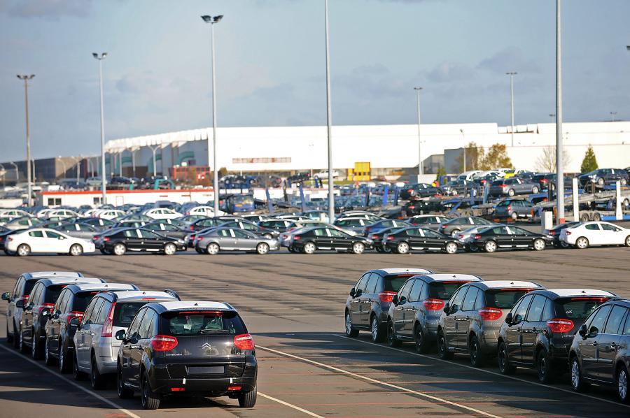 Samochody na parkingu zakładów produkcyjnych PSA  Peugeot Citroen w Rennes, Francja.