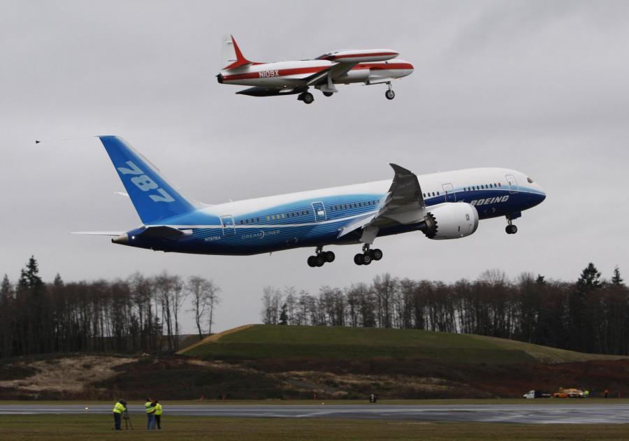 Pierwszy testowy lot Dreamlinera 787 w Paine Field w Everett, w stanie Washington z grudnia 2009 r. Nad nim Boeing T33 fot.Kevin P. Casey/Bloomberg