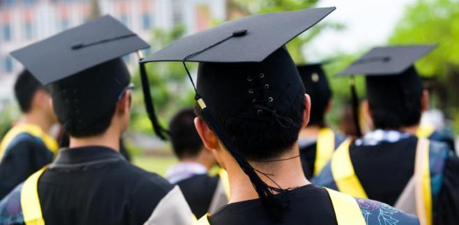 Uczelnie zamiast zlecać prowadzenie wykładów akademikom w ramach np. etatu czy umowy-zlecenia, często zawierają kontrakty z przeniesieniem autorskich praw do utworu dydaktycznego.