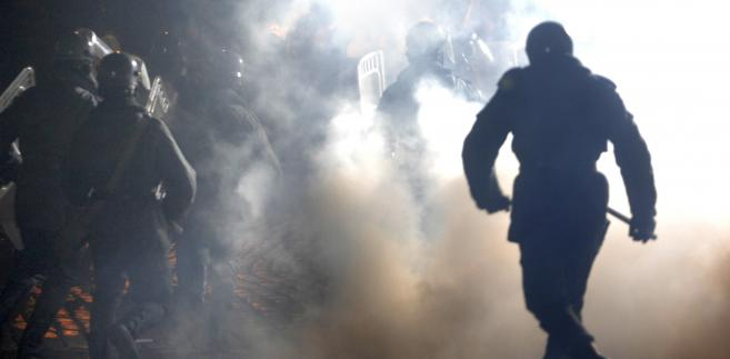 27. rocznica wprowadzenia stanu wojennego - wolontariusze z grup rekonstrukcji historycznych przebrani za ZOMO i opozycjonistów przedstawiają rekonstrukcję stać opozycji z oddzialami ZOMO
