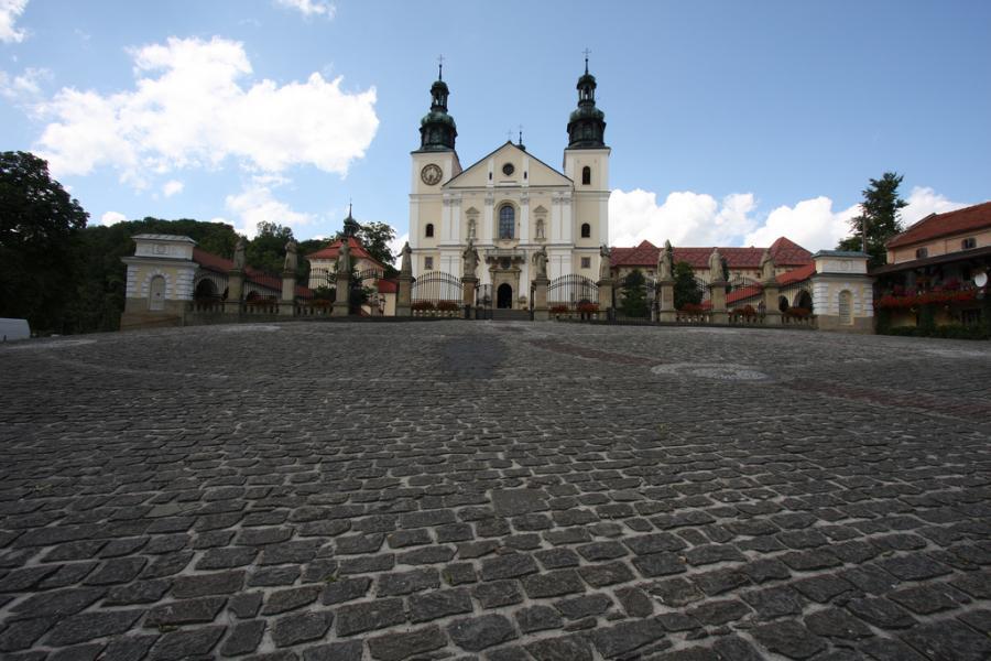 Kalwaria Zebrzydowska. Ufundowana w roku 1600 na pograniczu Beskidu Makowskiego i Pogórza Wielickiego przez Mikołaja Zebrzydowskiego stanowi wyjątkowy zabytek kultury. Fot.flickr/Kojach