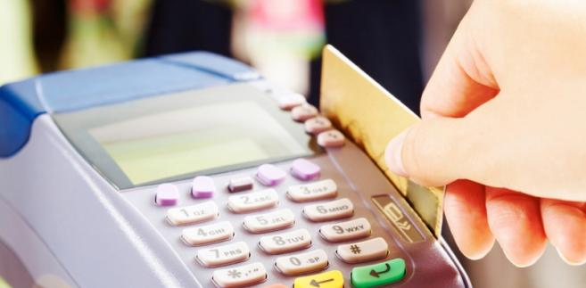 """UOKiK sprawdził, czy banki rzeczywiście nie pobierają opłat za karty """"za zero złotych"""""""