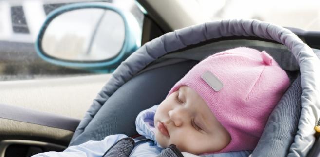 Urząd przypomina, że podczas kupna łóżeczka, kołyski, kojca lub nosidełka, należy sprawdzić m.in., czy nie ma ostrych krawędzi lub narożników, zadziorów, wystających gwoździ, otwartych końców rur, małych elementów, które dziecko mogłoby samodzielnie oderwać i połknąć, czy układ kołysania ma mechanizm blokujący i może być poruszany wyłącznie przez bezpośrednie popychanie, a nie napędzany silnikiem elektrycznym i czy nosidełko przeznaczone dla dzieci w wieku do 4 miesięcy ma podparcie dla główki.