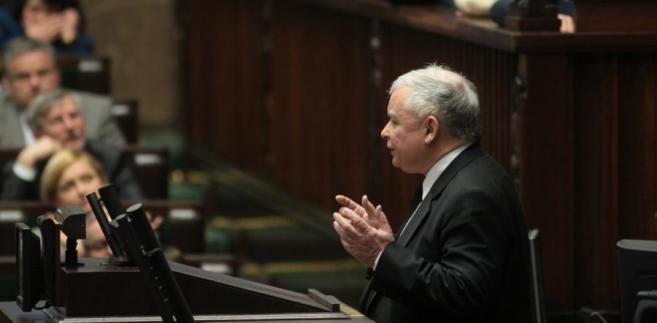 """""""Jeżeli ktoś dzisiaj skarży się na to, co się dzieje w Sejmie, to albo nie zna faktów, albo jest po prostu hipokrytą""""- mówi Jarosław Kaczyński w rozmowie z """"Rzeczpospolitą""""."""