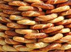 Istambuł. Miasto, które łączy ze sobą dwa kontynenty musi być idealnym miejscem, gdzie uliczne jedzenie jest naprawdę smaczne. Będąc w Istambule warto rozpocząć poranek jedząc Simit (precel posypany prażonymi ziarnami sezamu), po południu przekąsić kebab – uwaga, turecki kebab smakuje zupełnie inaczej, niż jego polski odpowiednik, żeby na kolacje skosztować midye dolma – czyli faszerowane małże.